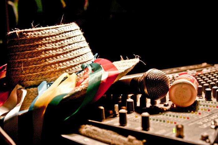 a011-01 no cambies la música, o sí mujer cultura