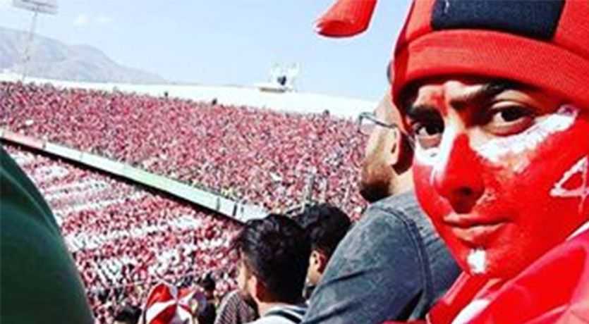 Una mujer acude a un partido de fútbol en Teherán