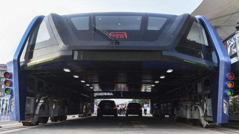 China estrena un nuevo vehículo diseñado para circular sobre atascos