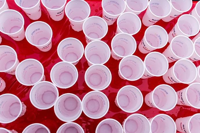 2016-09-28-hacia-la-prohibicion-de-vasos-y-cubiertos-de-plastico-en-francia